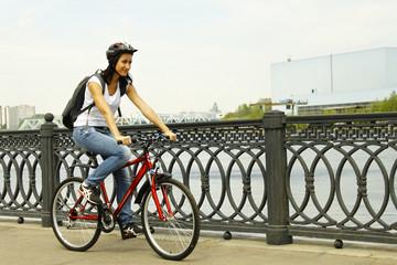 Велосипедистка на набережной