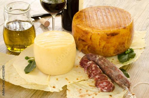 Formaggi,salsiccia e vino rosso dalla Sardegna