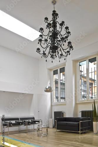 soggiorno moderno con lampadario a goccia nero immagini