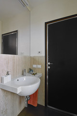 piccolo bagno moderno con lavabo di ceamica bianca