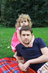 Счастливые дочь и отец на прогулке в парке