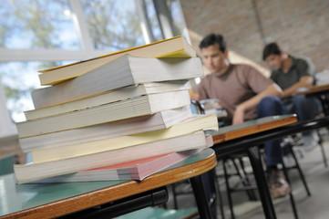 Estudiantes estudiando para examen