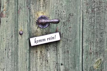 komm rein Schild an einer Haustür