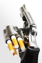 Revolver kulami papierosów (clipping path)