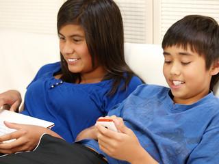 kinder mit mobiltelefon und computer