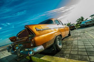 vieille voiture américaine dans une rue de la havane
