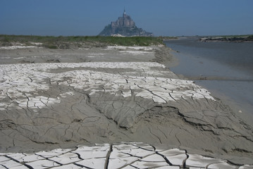 The exposed bottom at the dam's Mont Saint Michel