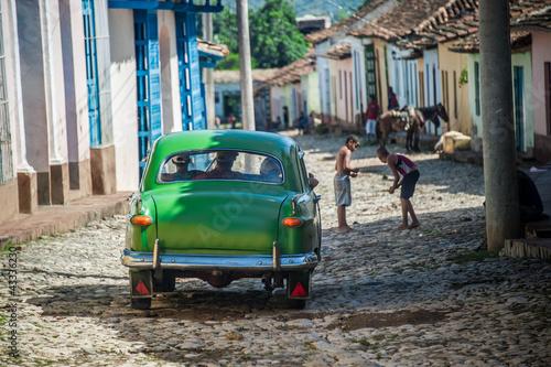 circulation dans vieille rue cubaine