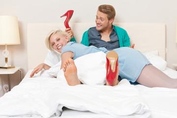 Paar mit roten Schuhen im Hotelzimmer