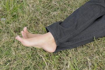 pies descalsos con fondo de pasto verde