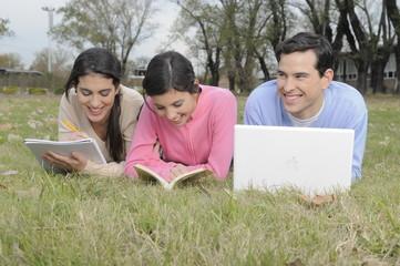 estudiantes universitarios sonrientes en campus