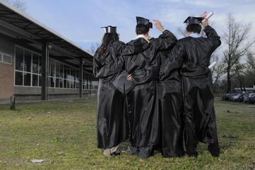 cuatro estudiantes festejando fin de su graduación