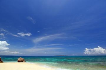 コマカ島の澄んだ珊瑚礁の海