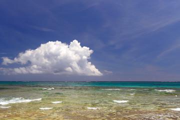 澄んだ海と沸き立つ白い雲