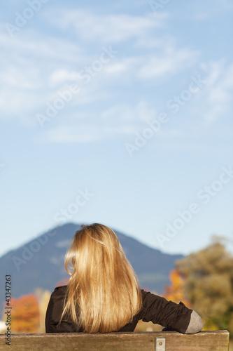 Frau alleine im Park