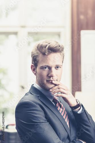 Cooler Geschäftsmann in Denkerpose