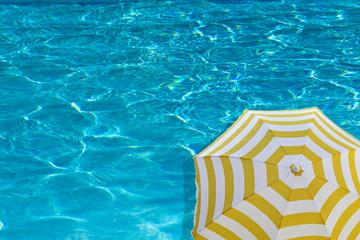 parasol de plage sur eau bleue piscine