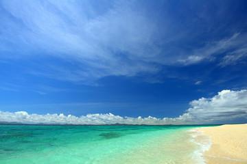 コバルトブルーの海と夏の空