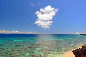 サンゴ礁に囲まれた美しい島