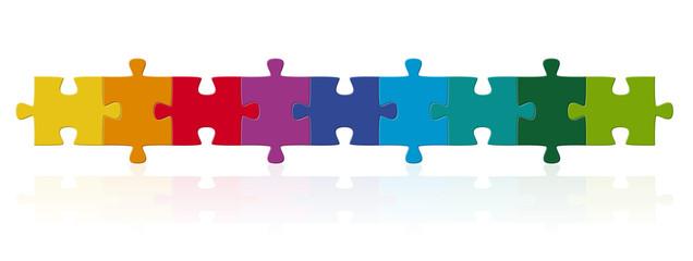 farbige Puzzleteile in Reihe