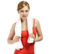 zufriedene junge sportlerin mit einem handtuch
