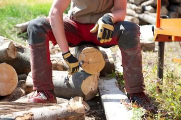 Forstarbeiter markiert einen Baumstamm