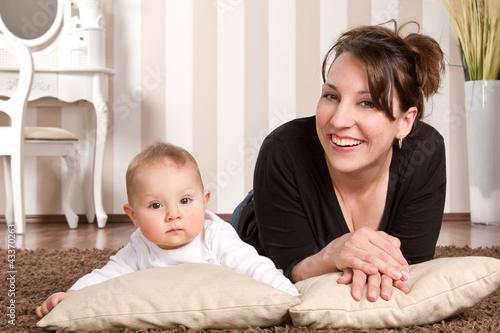 mama mit baby zu hause