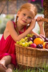 Девочка и корзина с фруктами