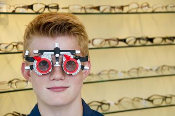 Junge mit Messbrille beim Optiker