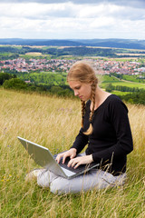 Mit dem Laptop in der Natur