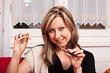 Junge Frau entscheidet sich für elektrische Zigarette