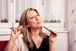 blonde Frau entscheidet sich für elektrische Zigarette