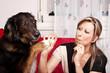 Blonde Frau mit Hund und E-Zigarette