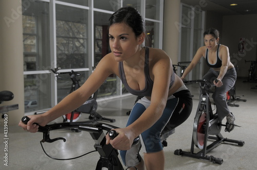 Mujer joven haciendo gimnasia en bicicleta