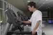 Hombre joven haciendo gimnasia