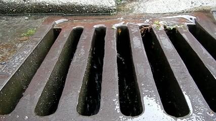 Regenwassser läuft in einen Gully