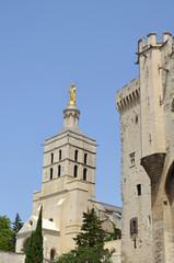 Vista de la estatua de la virgen y el palacio de Avignon