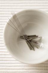 Akupunkturnadeln in Schale