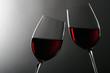 zwei Weingläser mit Rotwein