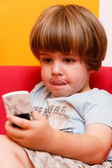 Kind hält Mobiltelefon