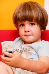 Junge mit Mobiltelefon in der Hand