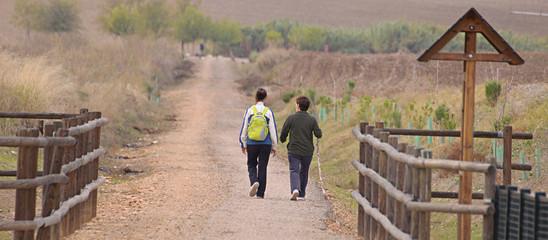 mujeres haciendo senderismo