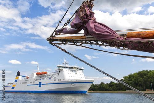 Fährschiff und Segelschiff in Travemünde, Deutschland