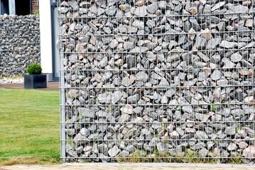 Stahlgerüst und Steine als Sichtschutz
