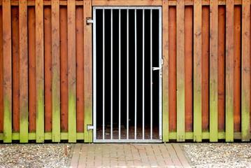 Gittertür und Schuppen