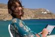 Donna con libro digitale al mare