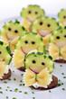 Frischkäsehäppchen mit Gemüsedeko und Farfalle