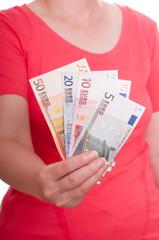 Hand hält Euroscheine nach vorne