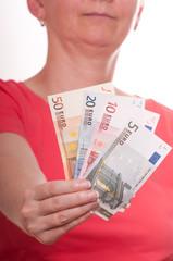 Frau hält Euroscheine mit der Hand nach vorne