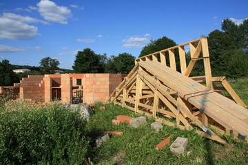 Construction maison ouvrier charpente brique rouge